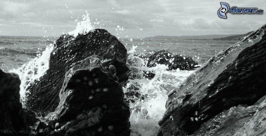skalisty brzeg, czarno-białe zdjęcie