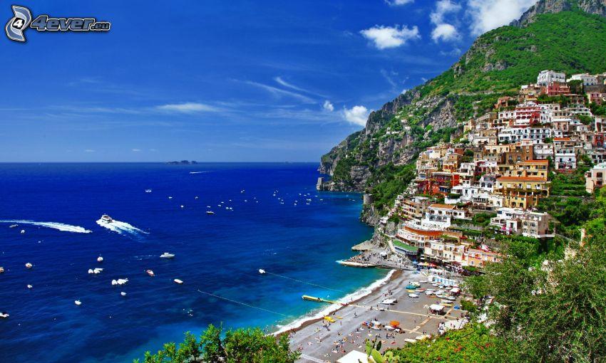 skalisty brzeg, domy, lazurowe morze, łódki, Włochy