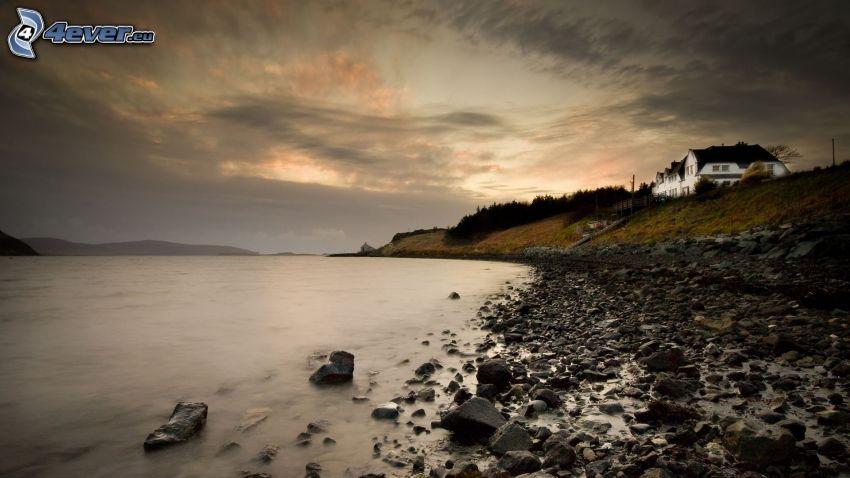 skalisty brzeg, niebo, dom przy morzu