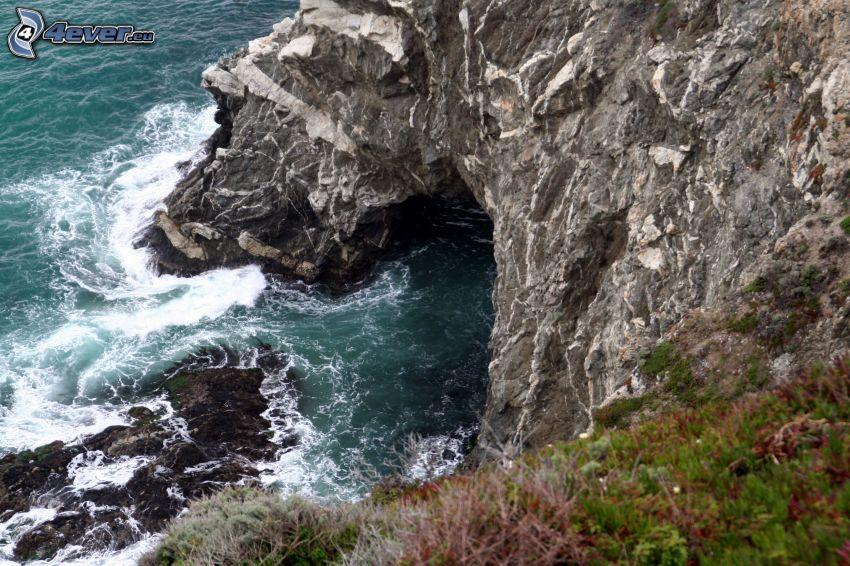 skalisty brzeg, wburzone morze