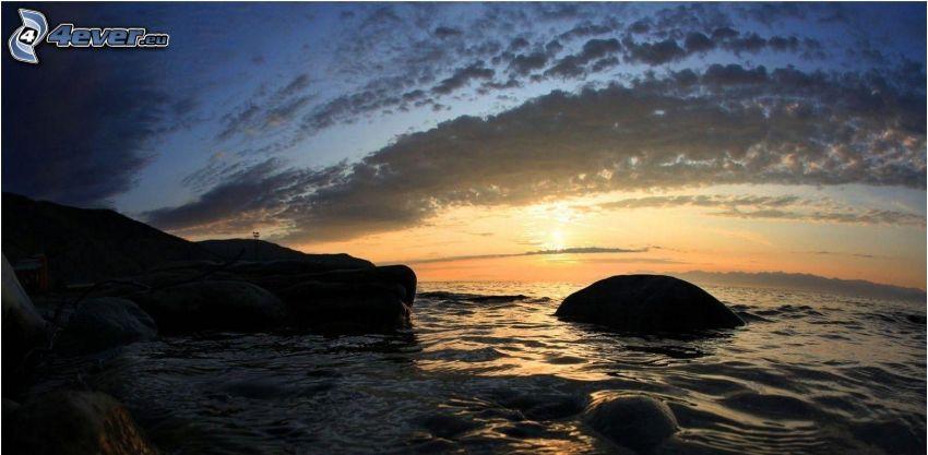 skalisty brzeg, wschód słońca
