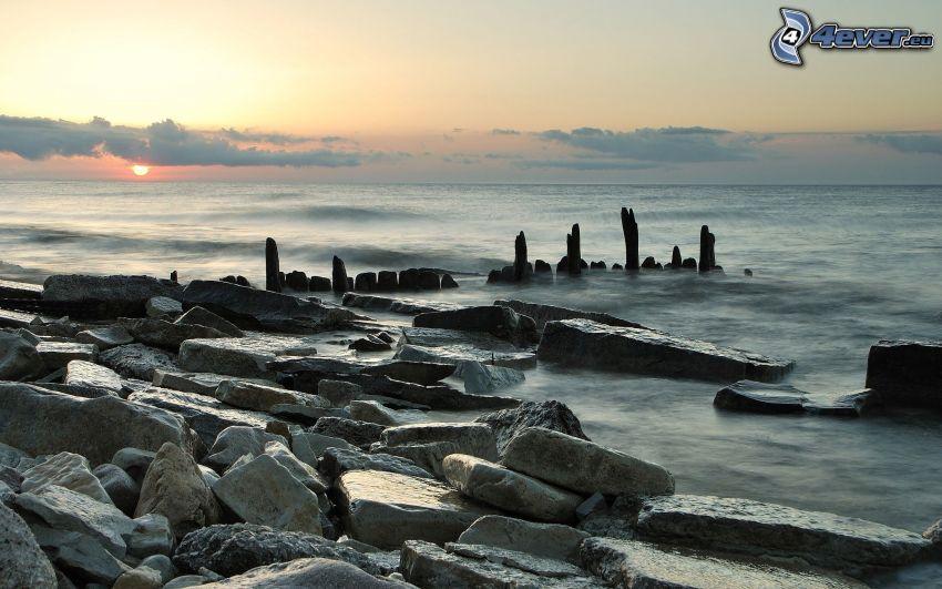 skalisty brzeg, zachód słońca nad morzem