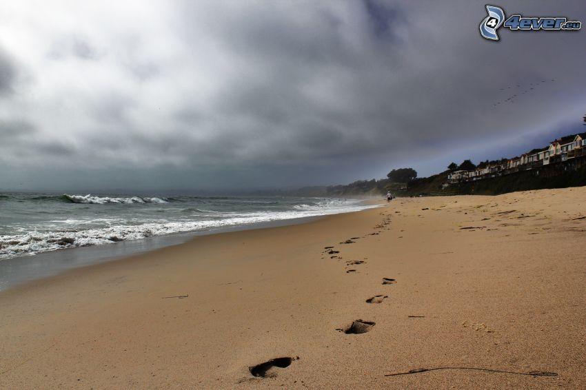 ślady stóp na piasku, plaża piaszczysta, morze