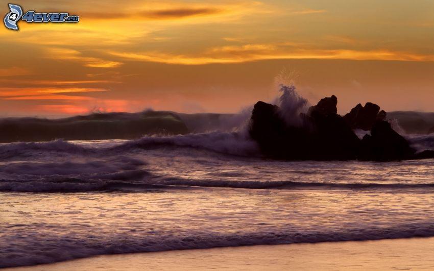 wburzone morze, plaża, niebo o zmroku