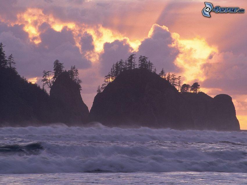 wburzone morze, Skały na morzu, zachód słońca, słońce za chmurami
