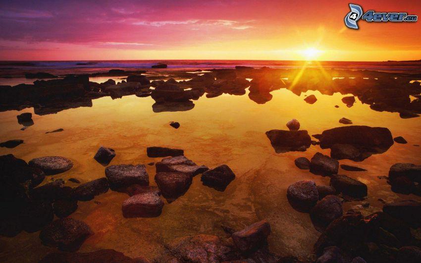 wybrzeże o zachodzie słońca, skalisty brzeg