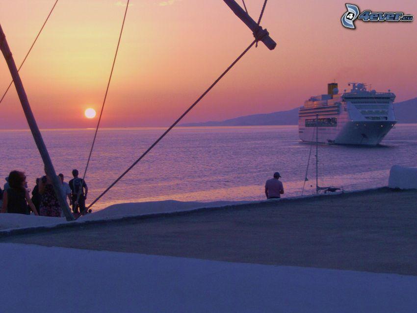 wybrzeże o zachodzie słońca, statek wycieczkowy, widok na morze