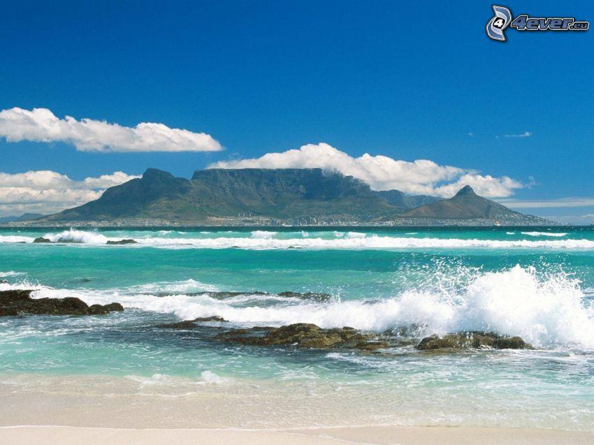 wyspa, góry stołowe, lazurowe morze, fale na wybrzeżu
