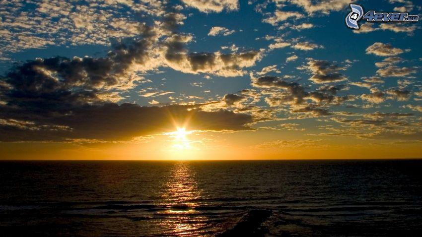 Zachód słońca nad morzem, chmury
