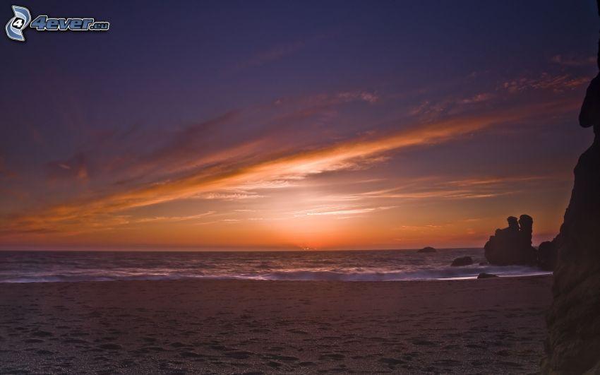 Zachód słońca nad morzem, plaża piaszczysta
