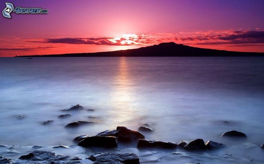 Zachód słońca nad morzem, wyspa, fioletowe niebo