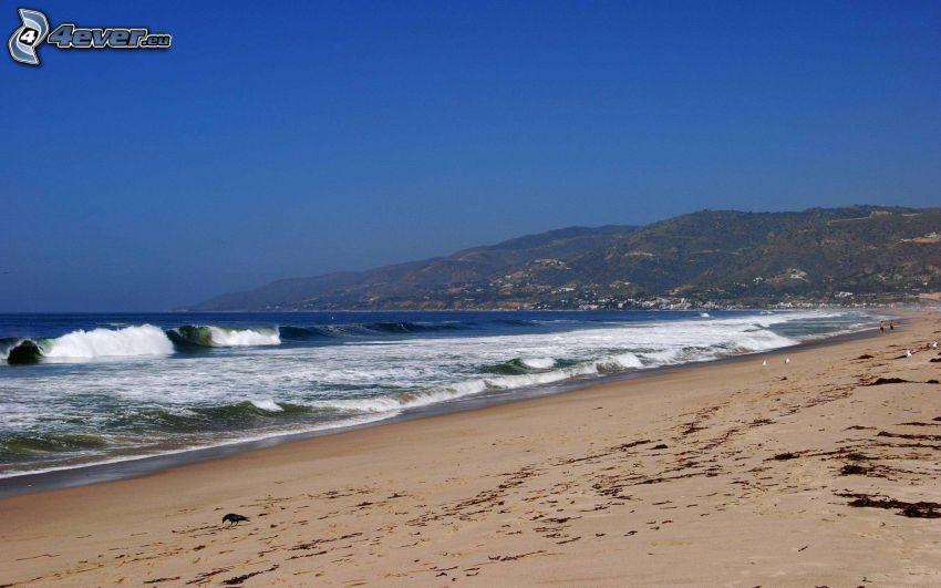 Zuma Beach, Kalifornia, USA, plaża piaszczysta, fale na wybrzeżu, morze, wzgórza
