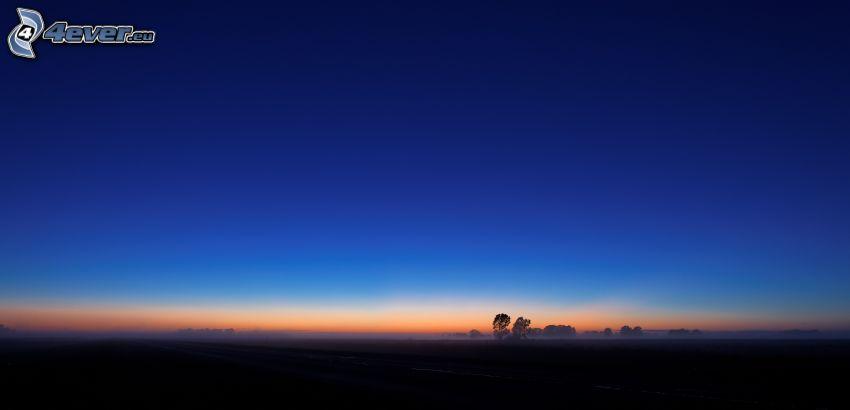niebo o zmroku, sylwetka horyzontu