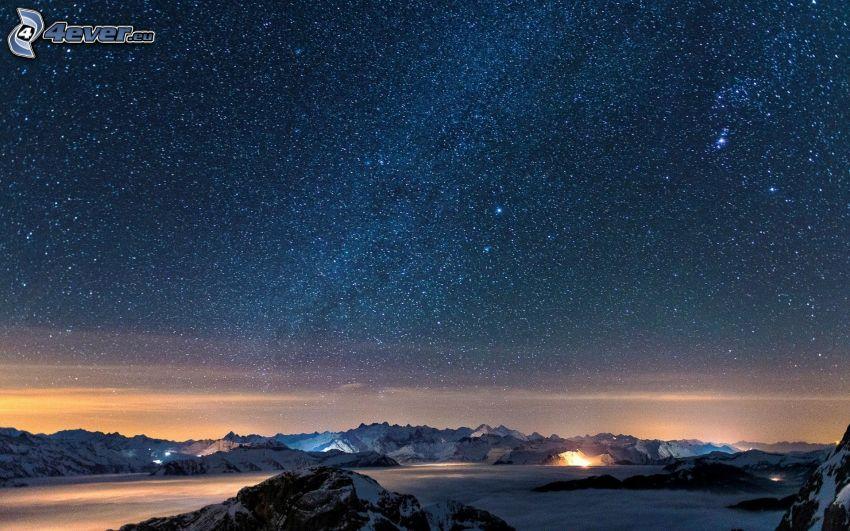 gwiaździste niebo, zaśnieżone pasmo górskie