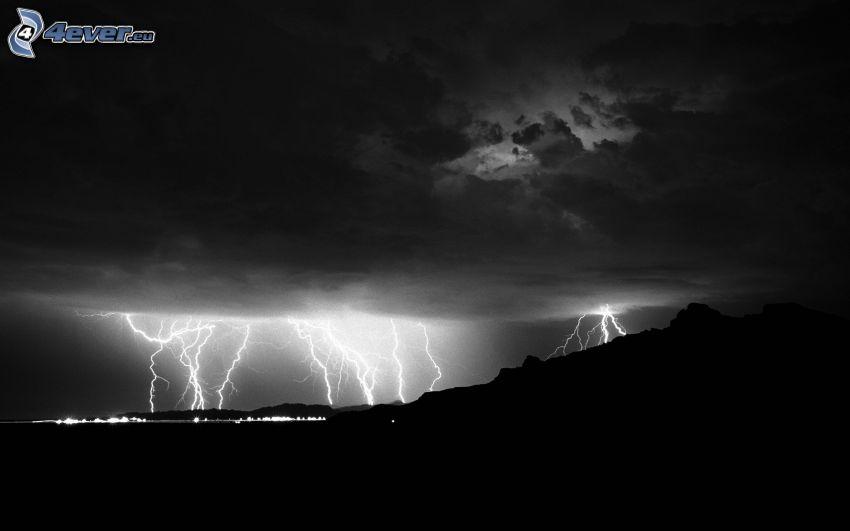 pioruny, chmury burzowe, czarno-białe