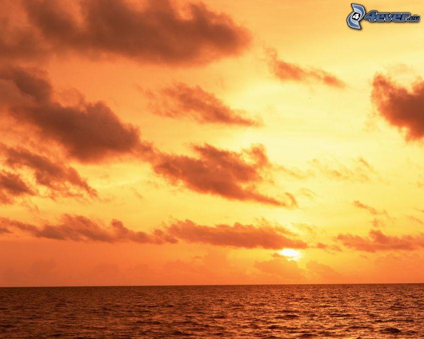 pomarańczowy zachód słońca, morze, ocean, powierzchnia wody, chmury