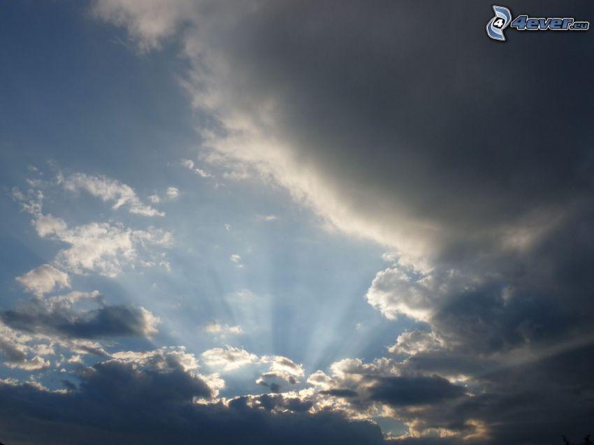 promienie słońca za chmurami