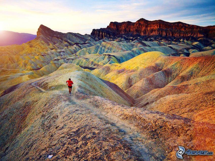 Painted Hills, Oregon, USA, biegacz, zachód słońca za wzgórzem