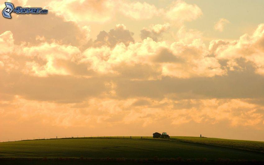 pole, ciągnik, chmury