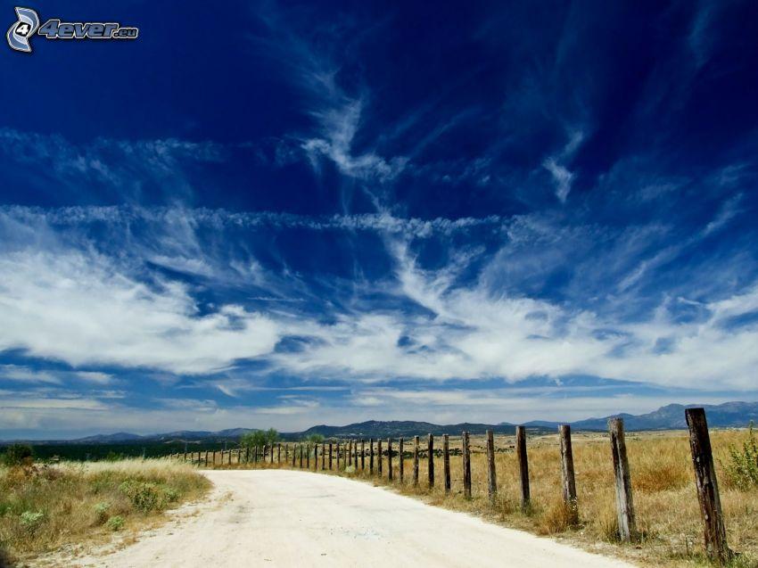 polna droga, płot, chmury
