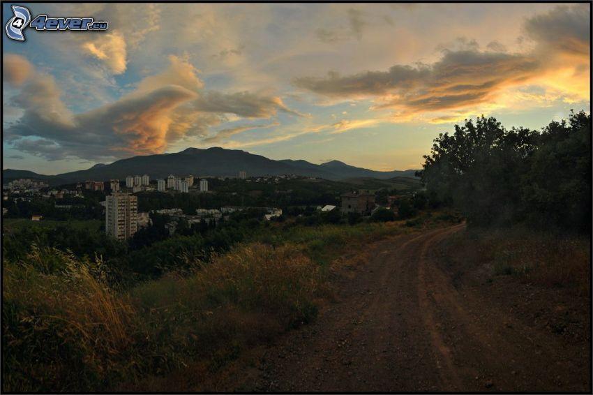 polna droga, widok na miasto, po zachodzie słońca