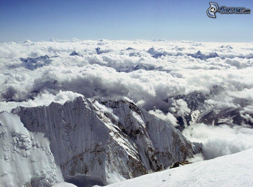 ponad chmurami, zaśnieżone góry