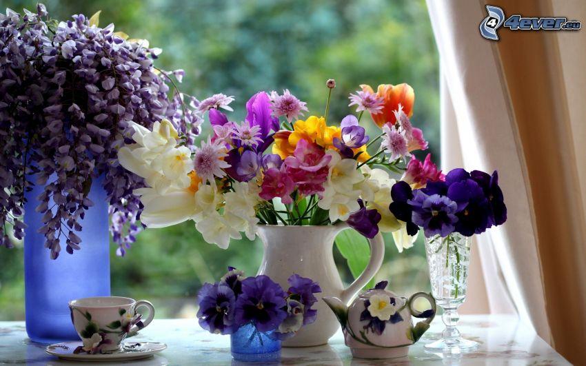 kwiaty w wazonie, filiżanka herbaty, fiołki