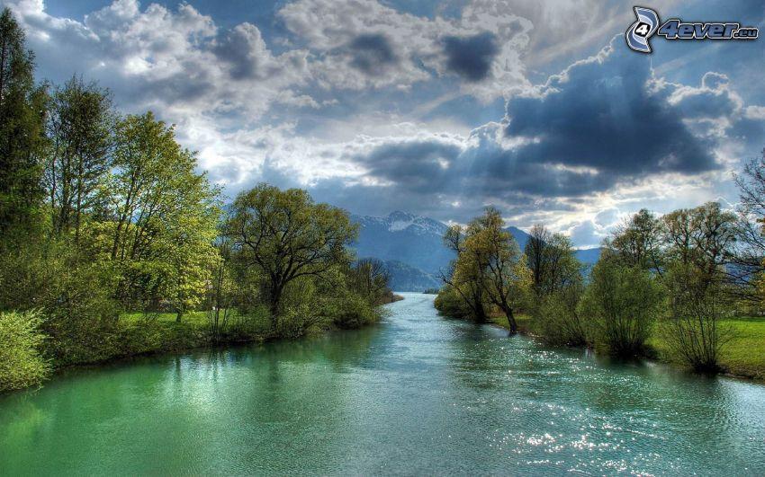 rzeka, drzewa, chmury, promienie słoneczne