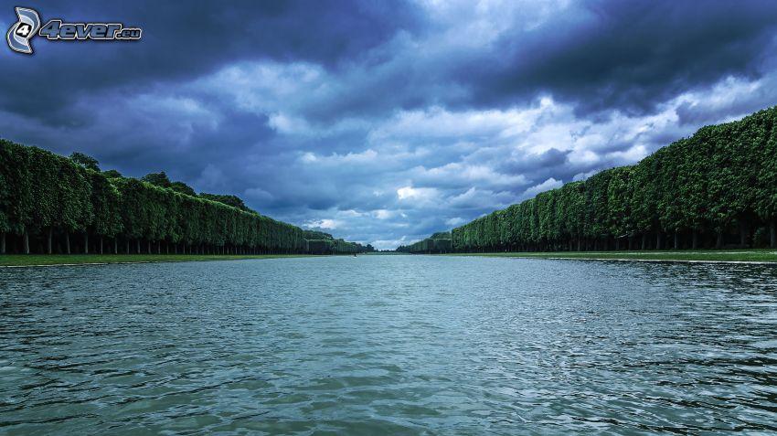 rzeka, drzewa, chmury