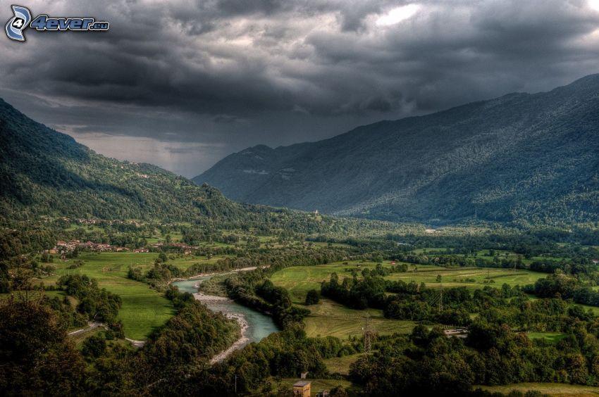 rzeka, wzgórza, chmury burzowe