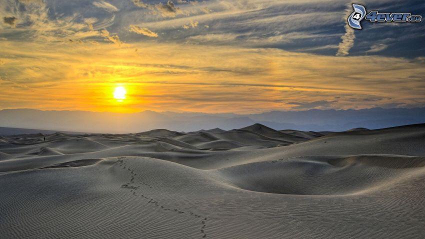 ślady stóp na piasku, pustynia, wydmy, zachód słońca
