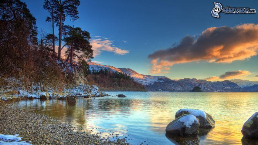 spokojne jezioro zimą, śnieg, kamienie, chmura, wieczór