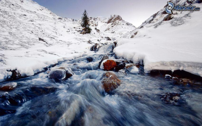 strumyk, śnieżny krajobraz