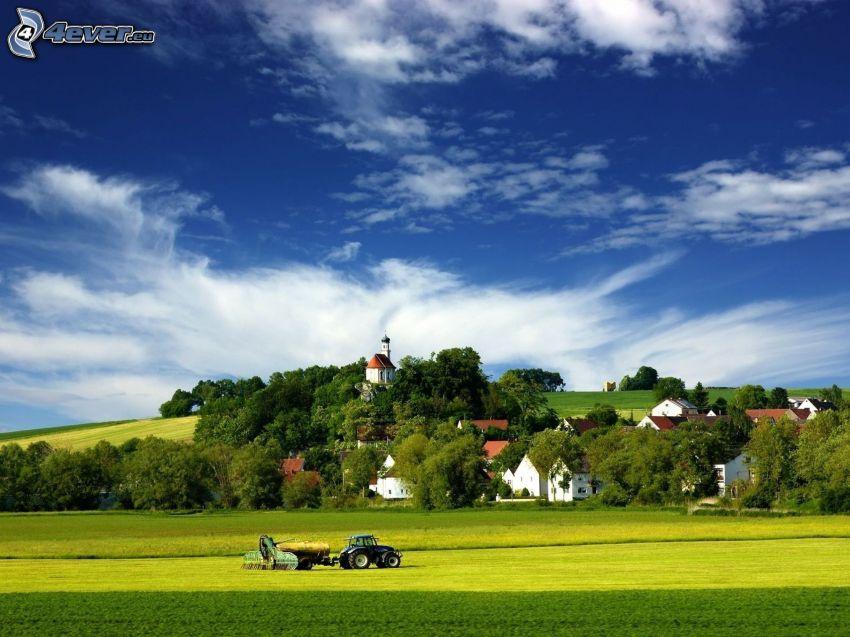traktor na polu, wioska