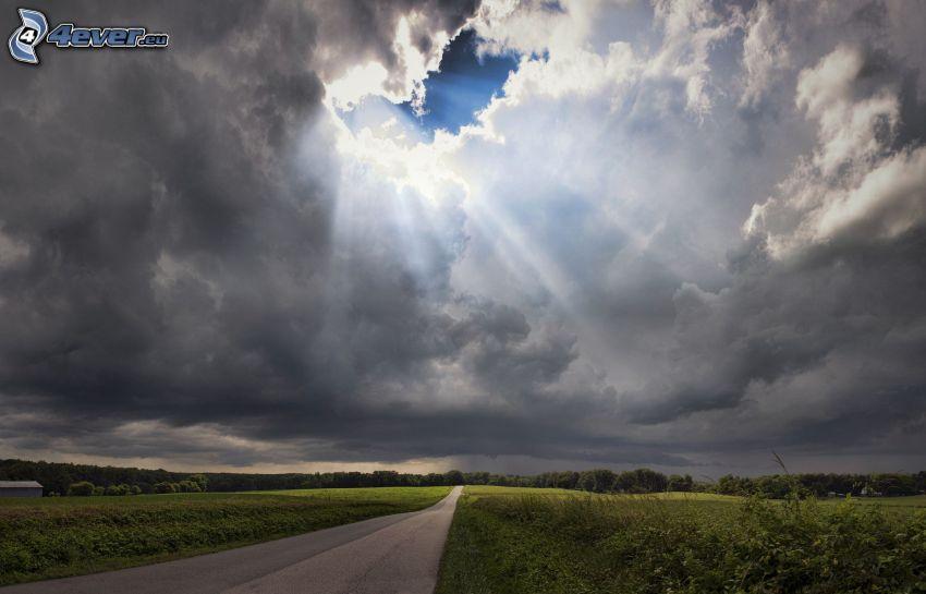 ulica, promienie słoneczne, chmury, łąki