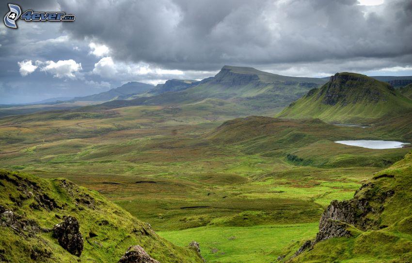 widok na dolinę, wzgórza, ciemne chmury
