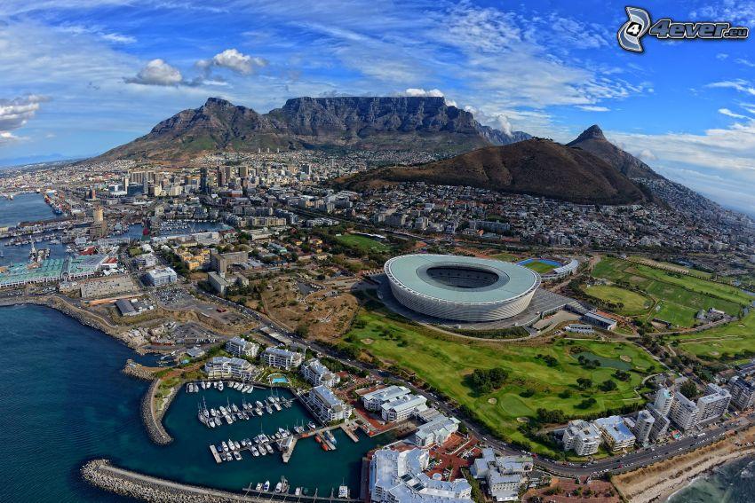 widok na miasto, góry skaliste, stadion, przystań dla jachtów