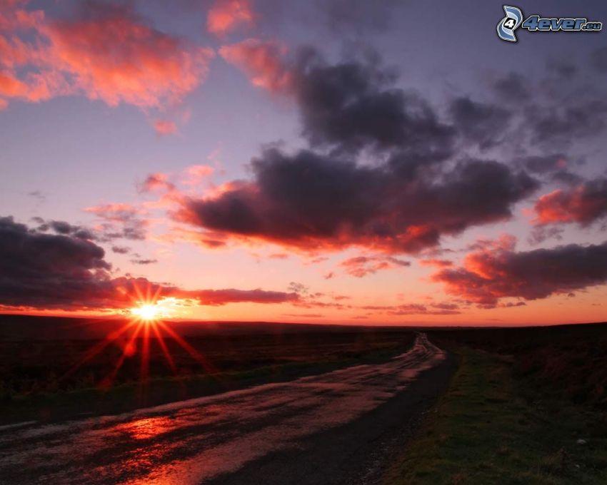 zachód słońca w polu, polna droga, niebo o zmroku