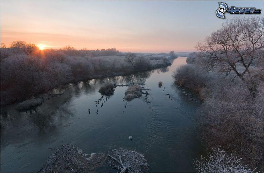 zimowa rzeka, wschód słońca, szron