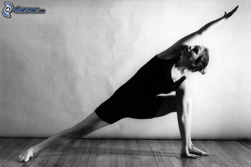 joga, rozgrzewka, czarno-białe zdjęcie