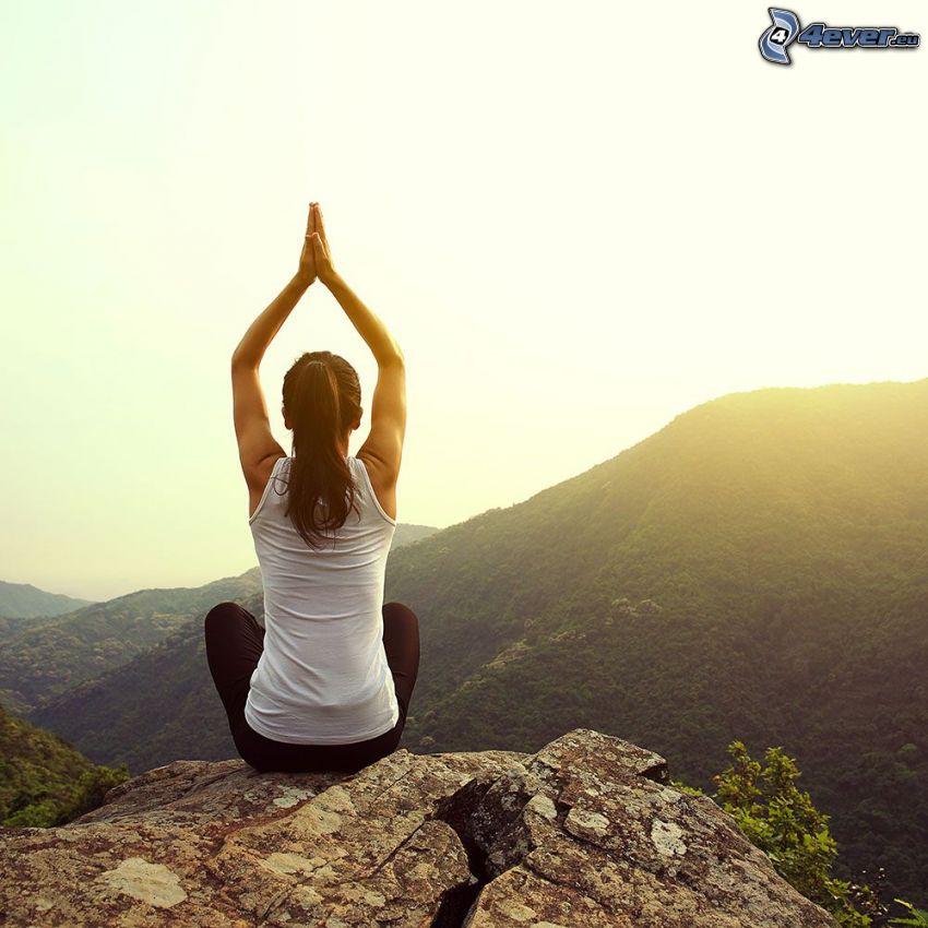 joga, siad po turecku, rozgrzewka, medytacja, po zachodzie słońca