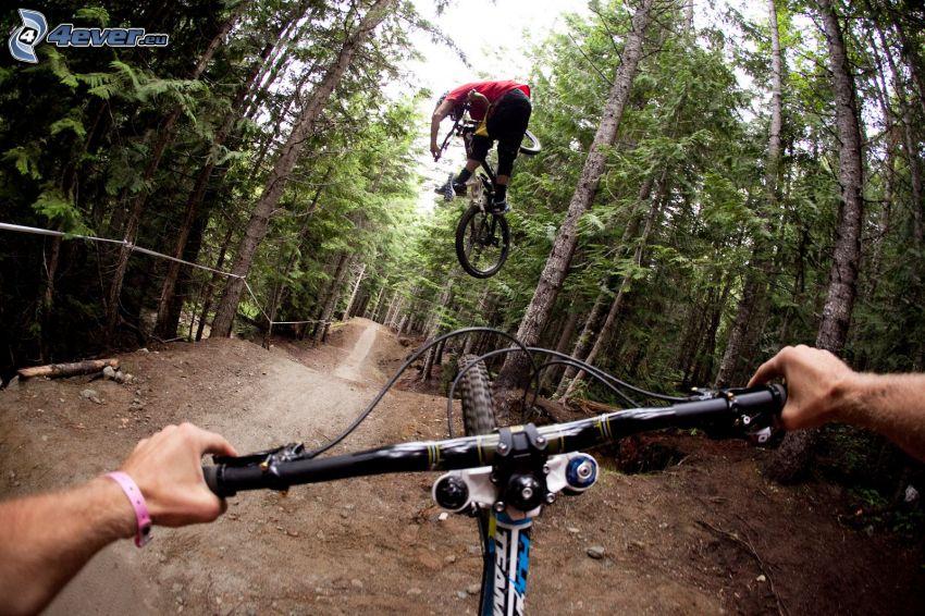 ekstremalny rowerzysta, las, skok na rowerze