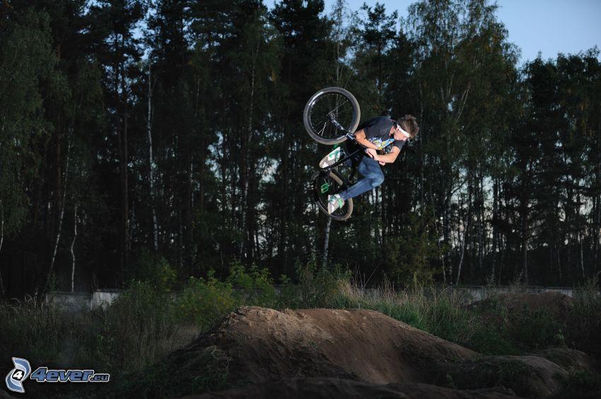 ekstremalny rowerzysta, skok na rowerze