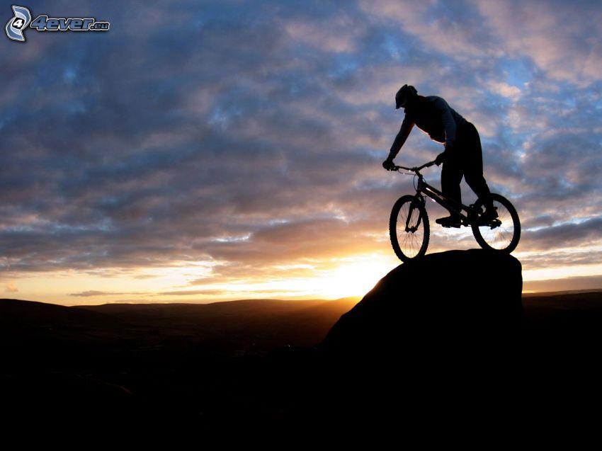 ekstremalny rowerzysta, zachód słońca, chmury, rowerzysta