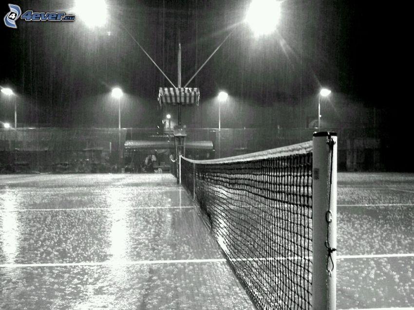 korty tenisowe, noc, deszcz, czarno-białe zdjęcie