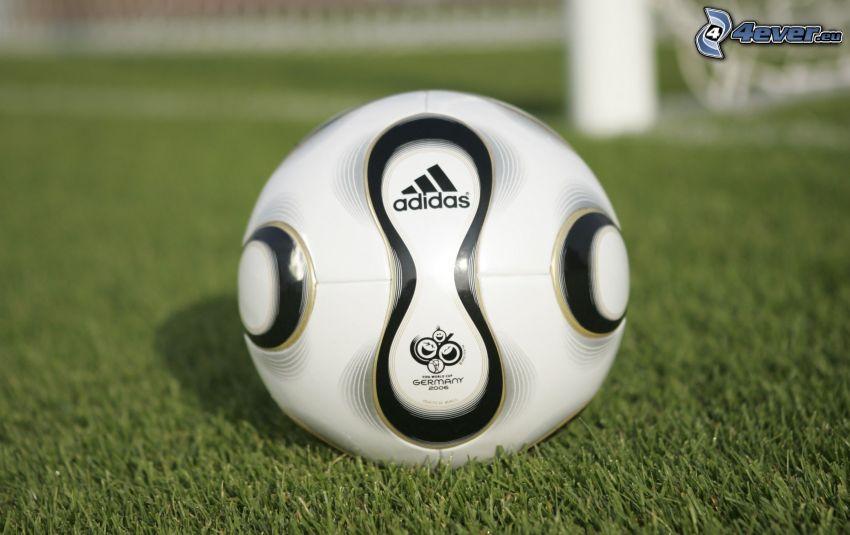 Piłka do nogi, Adidas