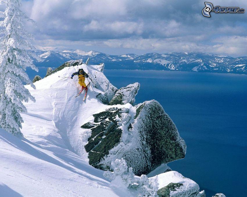 narciarstwo ekstremalne, jezioro, zaśnieżone pasmo górskie