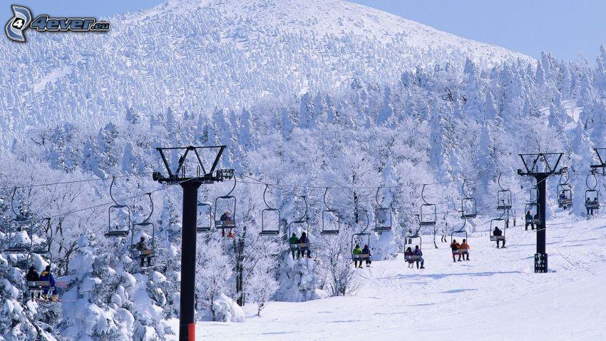 wyciąg, zaśnieżona góra