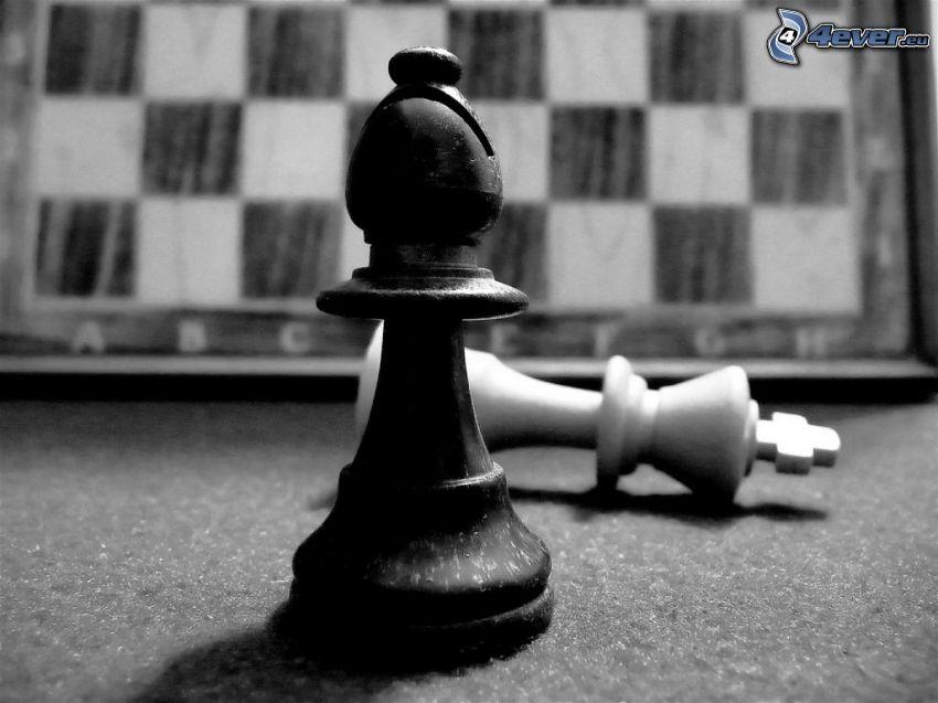 szachowe figury, szachownica, czarno-białe zdjęcie