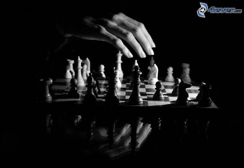 szachy, szachowe figury, ręka, czarno-białe zdjęcie